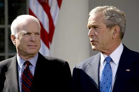 Сенатор США Джон Маккейн и экс-президент Джорж Буш